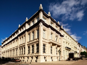 Αυτό το περίφημο ιστορικό κτήριο που χρονολογείται από τις αρχές του 20ού αιώνα, στη Λεωφόρο Βατερλό 100-103, στην καρδιά των Βρυξελλών, θα εξυπηρετήσει τις πνευματικές ανάγκες των ανθρώπων αυτής της κοινότητας όπως επίσης και ανθρώπων απ' όλη την Ευρώπη.